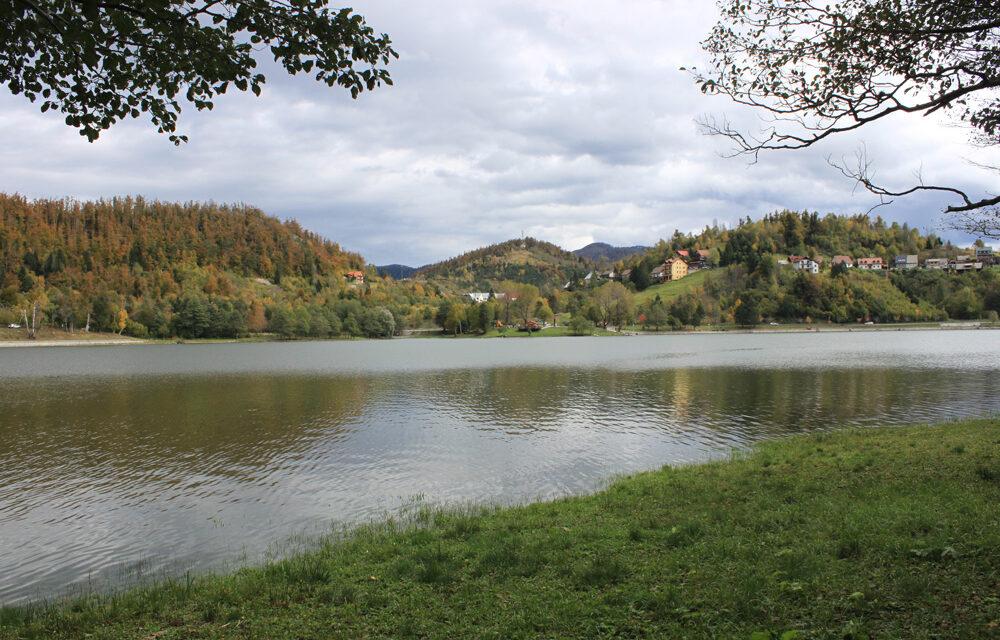 https://www.mak-usluge.hr/wp-content/uploads/2021/01/jezero_bajer_fuzine_makusluge-1000x640.jpg